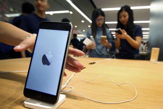 Des clients essayent un iPhone à Nankin, le 19 septembre.