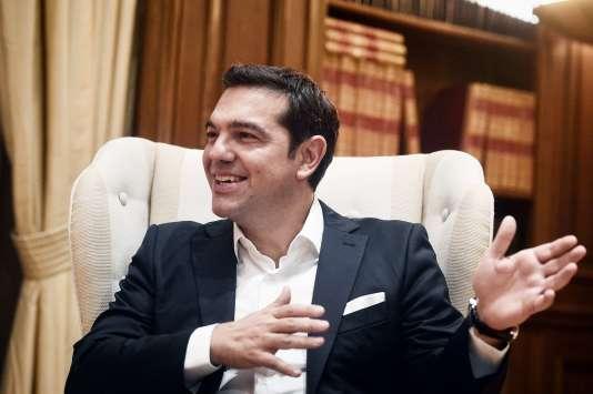 La composition du nouveau gouvernement de coalition entre la gauche radicale Syriza et les Grecs indépendants (ANEL) a été annoncée très tard mardi 22 septembre. Avec un organigramme proche du précédent, Alexis Tsipras fait le choix de la continuité.