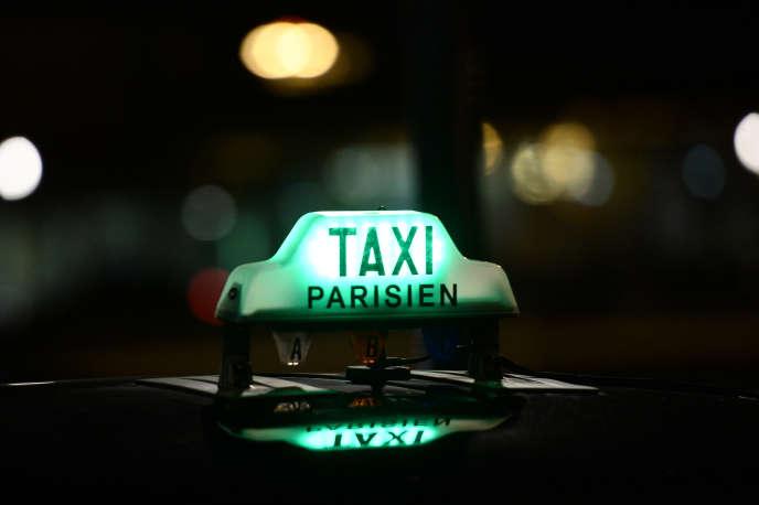 Un taxi parisien à Orly en décembre 2014.