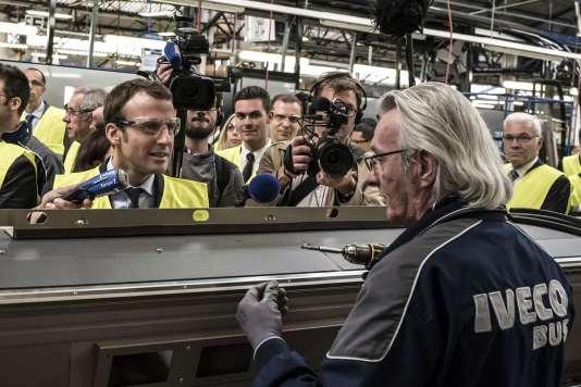 Le ministre de l'économie, Emmanuel Macron, visite la chaîne de montage d'autobus de la société Iveco à Annonay, dans l'Ardèche, le 21 septembre.