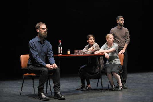 «Ce ne andiamo per non darvi altre preoccupazioni» («Nous partons pour ne plus vous donner de soucis»), de Daria Deflorian et Antonio Tagliarini, au Théâtre de la Colline en septembre 2015.