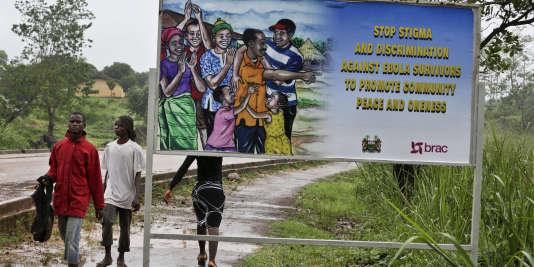 Un panneau appelle à arrêter la stigmatisation envers les rescapés d'Ebola, en Sierra Leone, le 12 août.