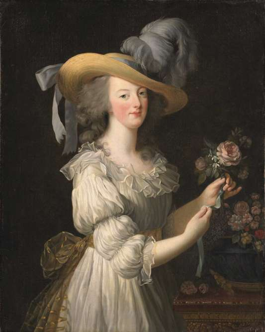 Un voyage en Flandres permet à Vigée-Lebrun de découvrir le portrait de Suzanne Fourment au chapeau de paille, peint par Rubens. Elle utilise l'accessoire dans un autoportrait, ainsi que dans ce tabeau qui montre la reine vêtue d'une robe simple, ce qui fit jaser.