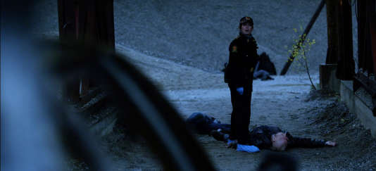 Helen Sikkeland (Anneke von der Lippe), chef de la police, enquête sur un quadruple homicide dans les gravières de Mysen.