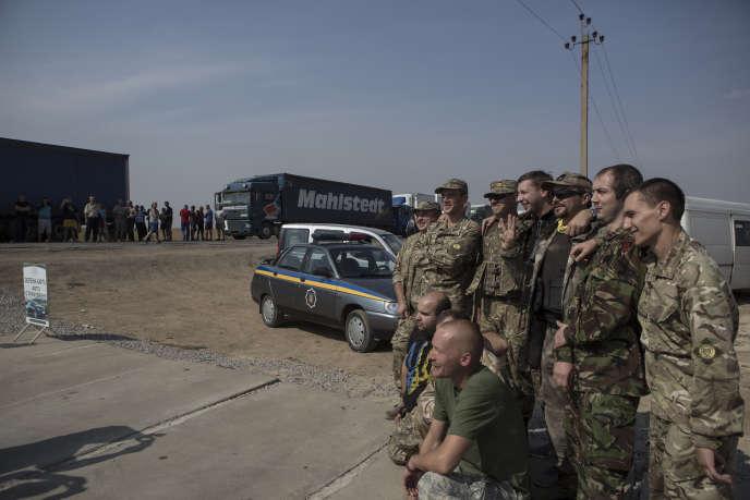 Photo de famille des membres du bataillon, pendant l'opération de blocage des camions ukrainiens qui se dirigent vers la Crimée. Le 21 septembre.