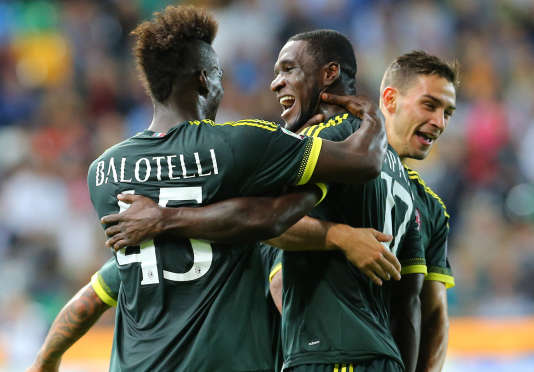 L'Italien Mario Balotelli (ici avec  Cristian Zapata) fait un bon retour au sein de l'effectif lombard.