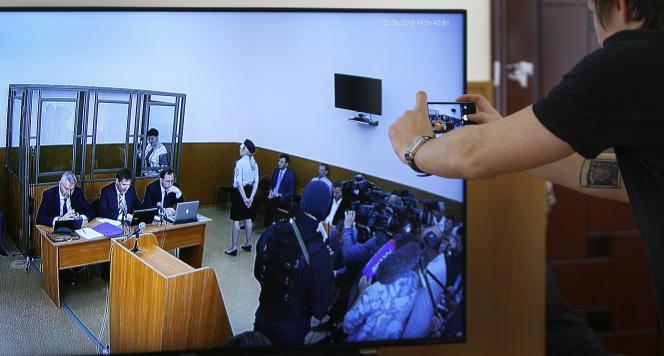 Vue du procès de Nadejda Savtchenko depuis une salle de presse du tribunal municipal de Donetsk (Russie), mardi 22 septembre.