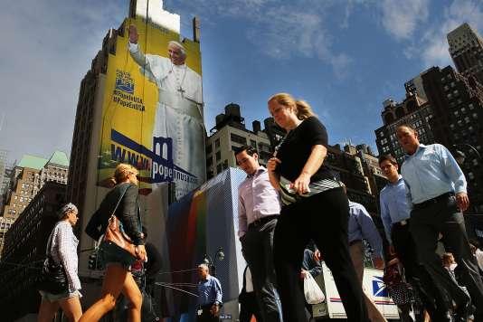 Une immense affiche représentant le pape François à New York le 21 septembre 2015.