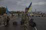 Des membres d'un bataillon de volontaires au poste-frontière ukrainien de Tchongar. le 21 septembre.