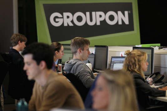 Des salariés de Groupon travaillent au siège de l'entreprise, à Chicago, le 10 juin 2011.