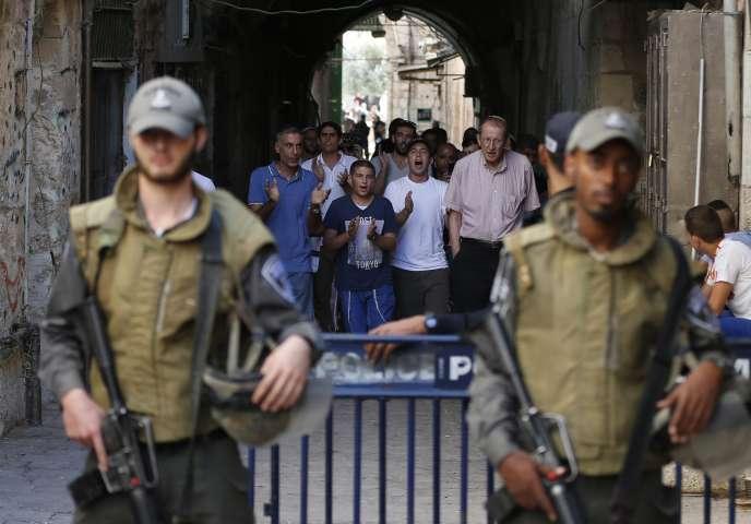 La Cisjordanie est bouclée et des milliers de policiers déployés à Jérusalem alors que début la fête juive de Kippour. Mardi, deux Palestiniens sont morts à Hébron. (Photo d'un groupe de juifs se rendant sur l'esplanade des Mosquées, le mardi 22 septembre)