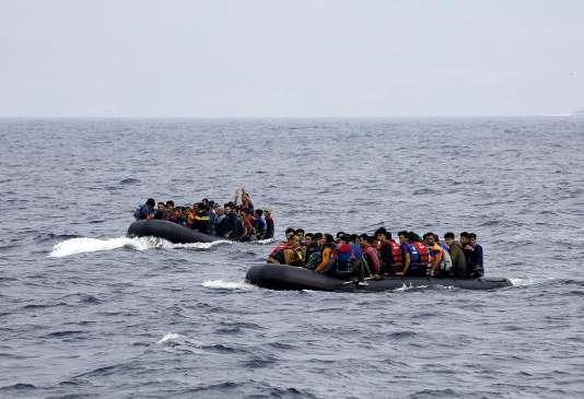 Des réfugiés arrivent en bateau sur l'île grecque de Lesbos, le 22 septembre.