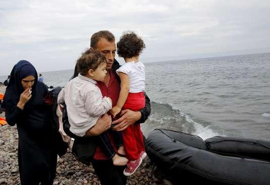 Une famille de réfugiés syriens marche sur le rivage après son arrivée sur l'île grecque de Lesbos, le 22 septembre.