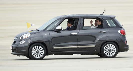 Au pays des grosses voitures, le souverain pontife est monté dans une Fiat 500, pour faire le trajet de l'Andrews Air Force Base à la nonciature – équivalent de l'ambassade du Vatican –, où il passera la nuit.