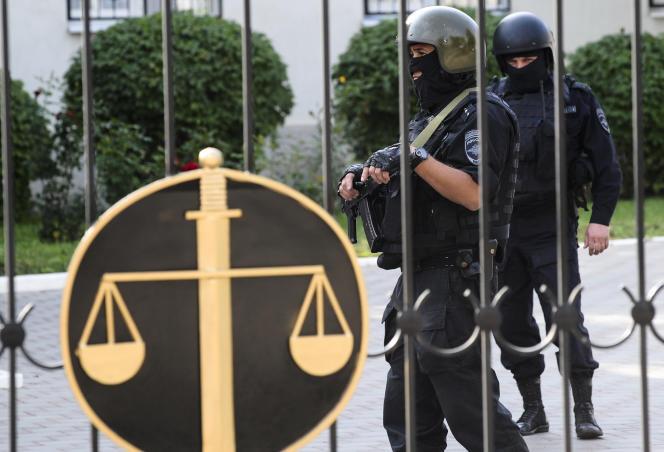 Mardi 22 septembre, devant le tribunal municipal de Donetsk, où se déroule le procès de Nadejda Savtchenko.