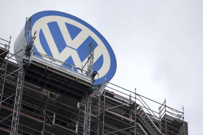 Le logo de Volkswagen au siège du groupe à Wolfsburg en Allemagne le 22 septembre 2015.