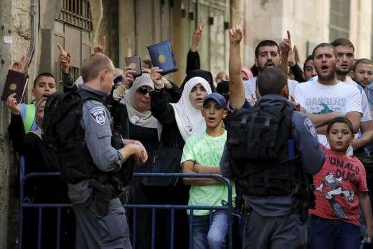 Palestiniens empêchés d'accéder à l'esplanade des Mosquées, pendant la visite d'un groupe de juifs, mardi 22 septembre 2015.