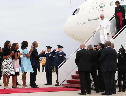 Venu de Cuba, le pape François a été accueilli à Washington mardi 22 septembre par le président américain, Barack Obama, et sa famille, à l'Andrews Air Force Base.