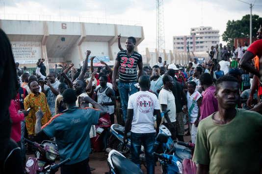 Ambiance electrique devant la maison du Mogho Naaba : la foule crie victoire sur le RSP et le Général Diendere, censé être à l'intérieur, ce qui s'avérera être une rumeur.