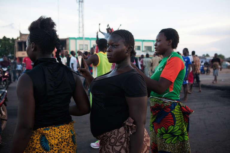 La foule attend l'arrivée de l'armée régulière sur la route de Bobo à la sortie de Ouagadougou.