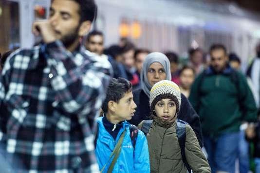 Des migrants arrivent à la gare de l'aéroport de Cologne-Bonn en provenance d'Autriche, mardi 22 septembre.