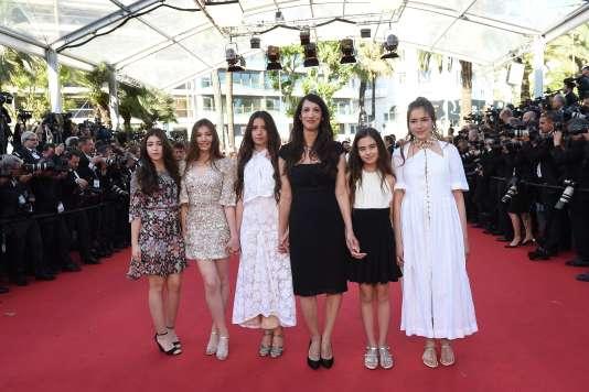 """La réalisatrice Deniz Gamze Ergüven (troisième en partant de la droite), entourée des actrices de """"Mustang"""", le 20 mai 2015, au Festival de Cannes."""