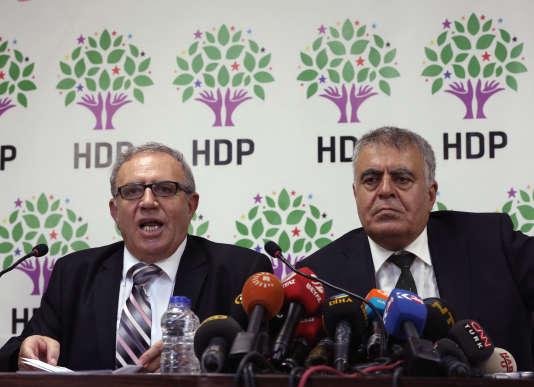 Ali Haydar Konca, à gauche, et Müslüm Dogan, s'adressent aux médias à Ankara, le 22 septembre 2015.