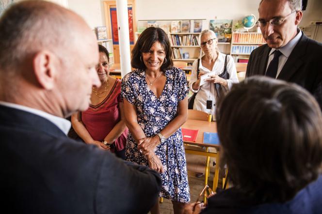 Anne Hidalgo lors d'une visite d'école à Paris le 31 août 2015.