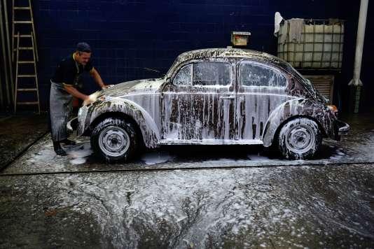 Au Brésil, Volkswagen, fabrique la populaire Fusca, nom local de la Coccinelle