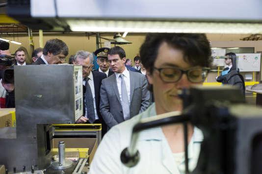 Manuel Valls en visite dans une entreprise qui bénéficie du CICE, en avril 2014.