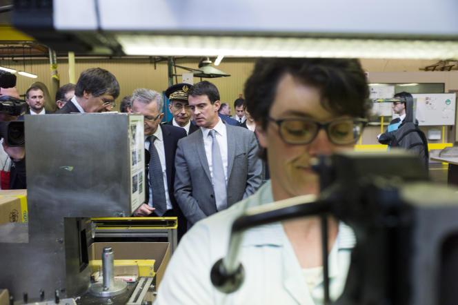 Le premier ministre Manuel Valls visite l'entreprise Sacred, spécialisée dans les élastomères, à Saint-Lubin-des-Joncherets (Eure-et-Loir) en avril.