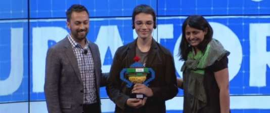 Eliott Sarrey reçoit son prix lors de la Google Science Fair, dans la nuit de lundi 21 à mardi 22 septembre.