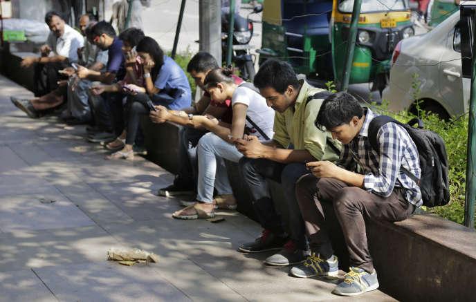 Le projet du gouvernement prévoyait d'obliger les Indiens à conserver leurs messages sur WhatsApp ou Facebook pendant trois mois.
