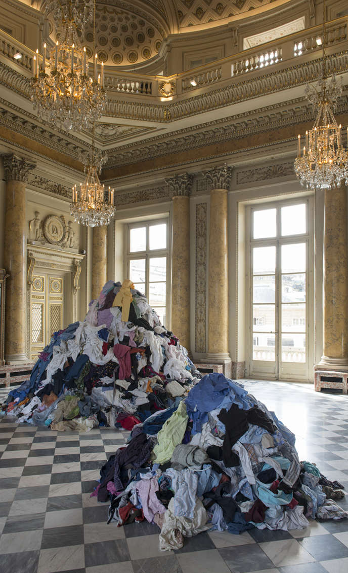 «Dispersion», deChristian Boltanski : les visiteurs de l'exposition «Take Me (I'm Yours)» sont invités à repartir avec un vêtement usagé pioché dans cette œuvre.