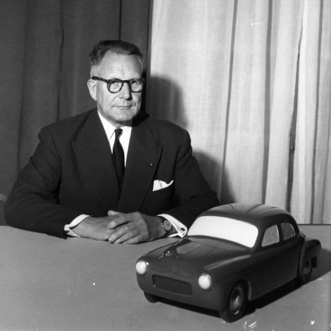 Le président de la régie Renault, Pierre Lefaucheux, est décédé en 1955 dans un accident alors qu'il roulait en Frégate. Ici, il pose avec la maquette de la nouvelle Frégate.
