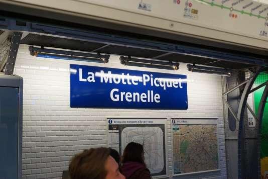 Dans le métro parisien.