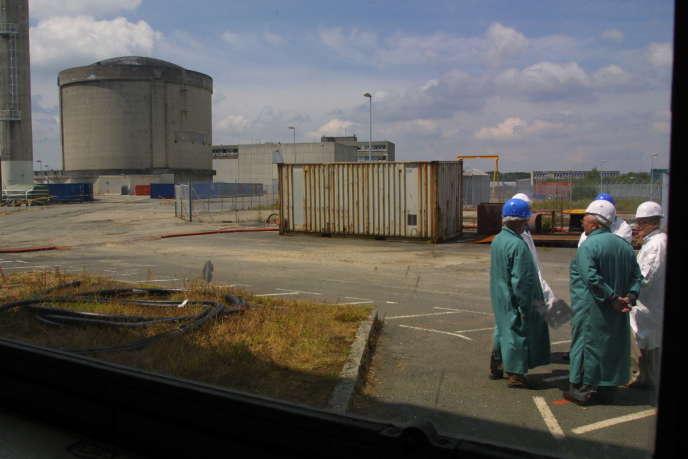 Des membres de l'Observatoire du démantèlement de la centrale nucléaire de Brennilis visitent le chantier, le 6 juin 2001.