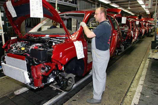 Dans l'usine Renault de Douai, en septembre 2004.