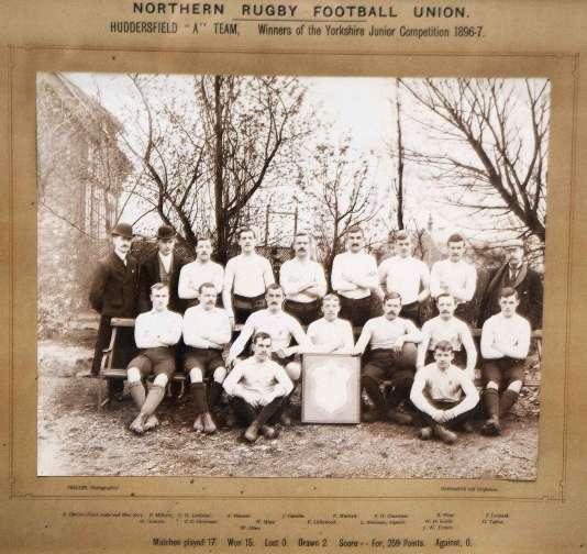 L'équipe de Huddersfield en 1896, un an après la création du rugby à treize.