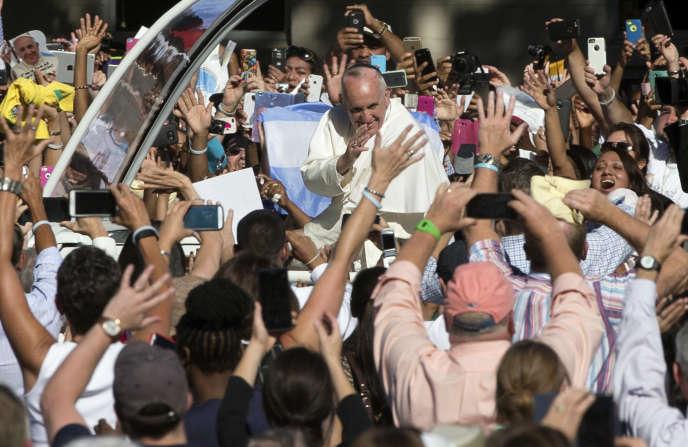 Contraint par des mesures de sécurité draconiennes, le bain de foule que le pape François affectionne habituellement s'est réduit à une parade de quelques centaines de mètres, mercredi 24 septembre.