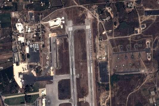 Photo satellite de l'aéroport de Lattaquié, dans l'ouest de la Syrie, prise le 20 septembre, sur lequel sont stationnés des avions militaires russes.