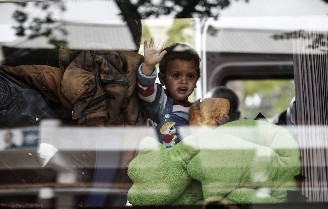 Un bus s'apprêtant à traverser la frontière entre la Turquie et la Grèce, à Edirne, le 23 septembre.