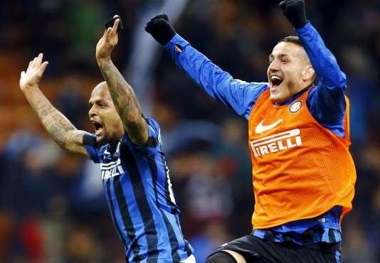 Felipe Melo (à gauche) de l'Inter Milan montre sa joie après la cinquième victoire en cinq match de son équipe.