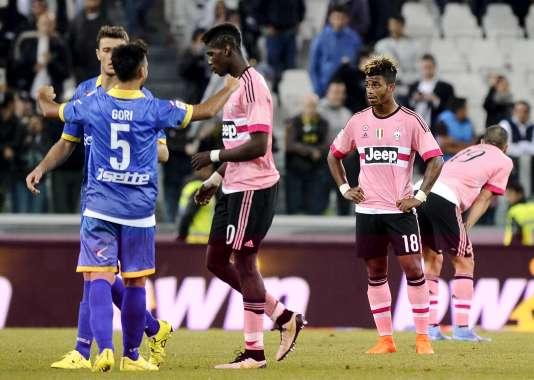 Leonardo Bonucci (à droite), Mario Lemina (centre) and Paul Pogba (à gauche) dépités après leur match nul contre Frosinone, lanterne rouge de Serie A.