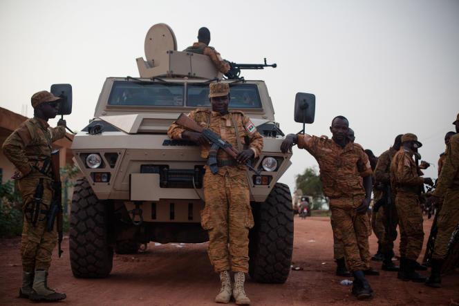Une unité de l'armée régulière burkinabè postée à Ouagadougou.