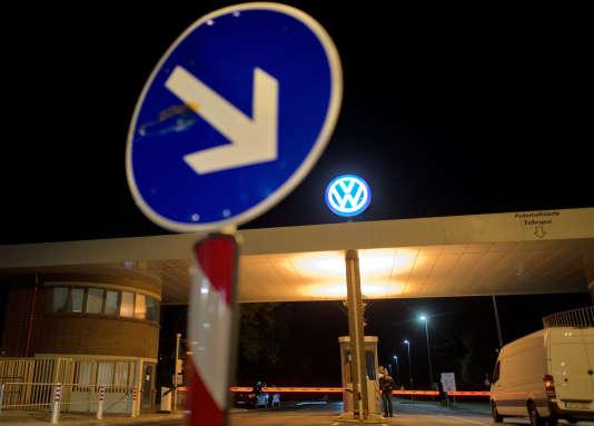 Depuis l'annonce de sa tricherie lors de tests antipollution aux Etats-Unis, c'est la dégringolade, en Bourse notamment, pour le groupe Volkswagen.