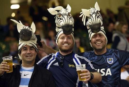 Des supporteurs argentins avec des têtes de zèbre et des bières, le 23 septembre lors du match contre les All Blacks.