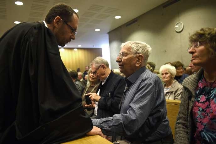 Jean Mercier, sa fille (à droite) et son avocat, au tribunal de Saint-Etienne, le 22septembre.