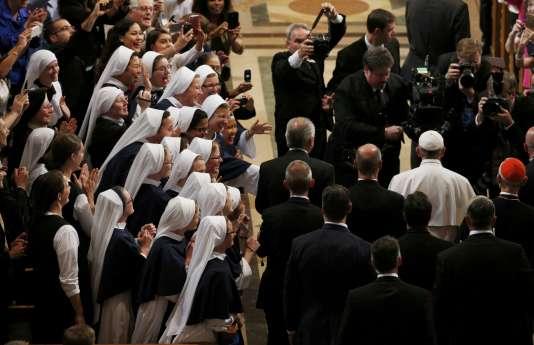 Lors de sa première journée aux Etats-Unis, le pape François a mis l'accent sur l'immigration et le climat et demandé aux évêques américains de faire vivre une Eglise plus inclusive.