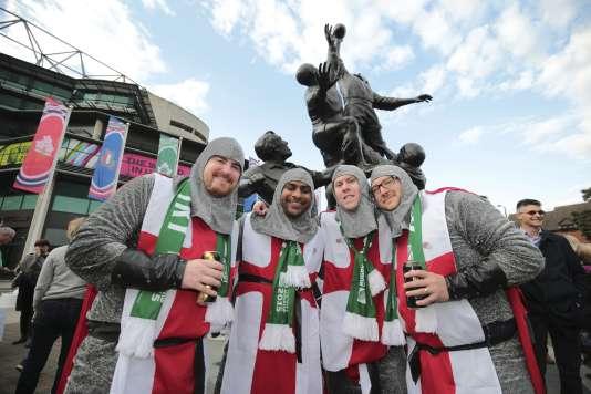 Des supporteurs anglais devant le stade de Twickenham, à Londres, avant le match d'ouverture Angleterre-Fidji, le 18 septembre.